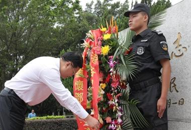 参访团莲花山瞻仰邓小平铜像