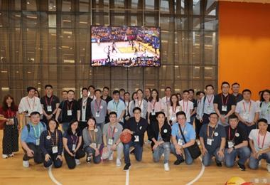 参访团团员体验腾讯公司室内篮球馆