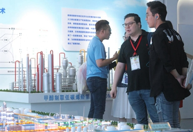 """参访团参观主题为""""率先行动 砥砺奋进""""的中国科学院创新成果展"""